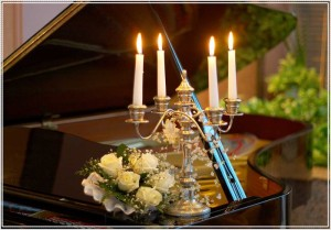 На рояле горели свечи