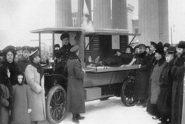 Первый автомобиль скорой помощи Российского общества Красного Креста. Петербург, 1913 год.