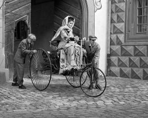 Первая женщина, проехавшая за рулем автомобиля