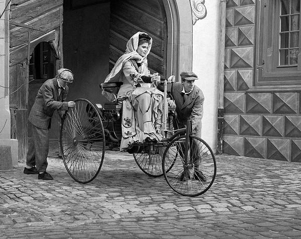 45 Первой женщиной, проехавшей за рулем автомобиля