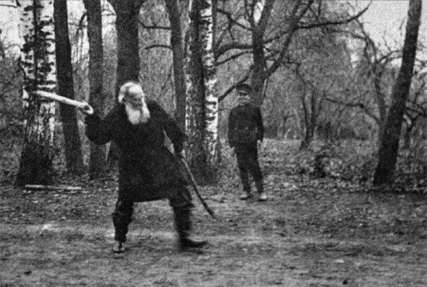 Лев Николаевич Толстой играет в русскую народную игру «городки», 1909 год.